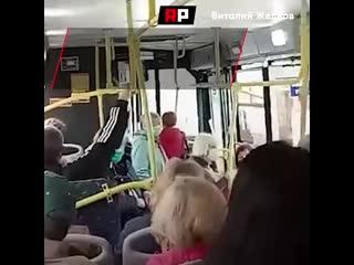 """""""Да я здоровая, чокнутые!"""": в Самаре вытолкали из автобуса женщину без маски"""