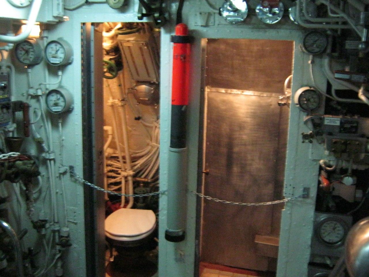 туалет и душевая в подводной лодке