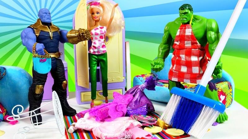 Spielzeuge in Aktion. Barbie und Hulk räumen auf. Puppen Video auf Deutsch.