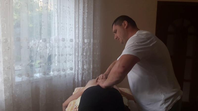 Костоправ жестко но избавил женщину от болей защемленного нерва Chiropractic