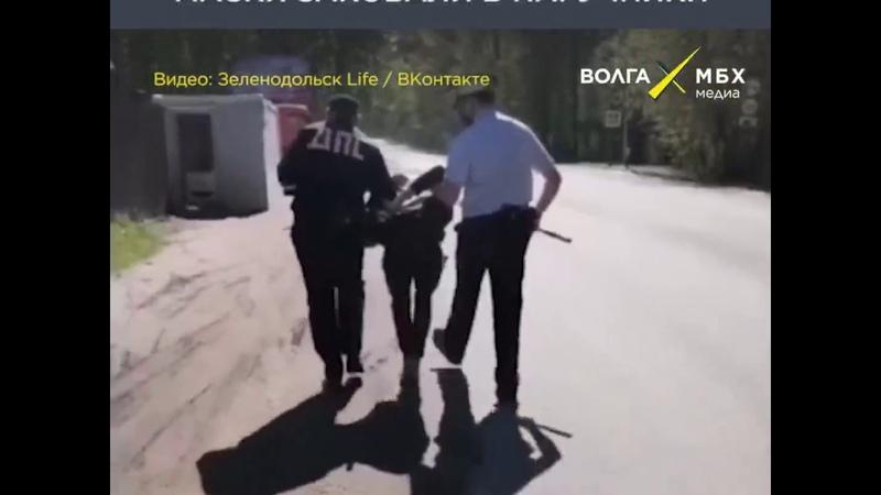 Пассажира без маски заковали в наручники