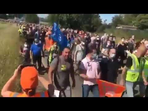 Des milliers de manifestants se dirigent vers la mairie de Maubeuge Renault