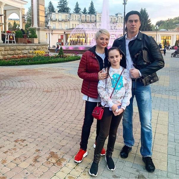 Катя Лель поделилась снимком со своей семьей.
