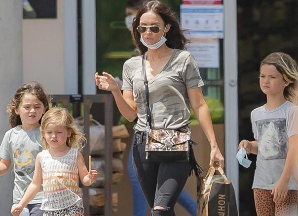 А это Меган Фокс на прогулке с сыновьями.
