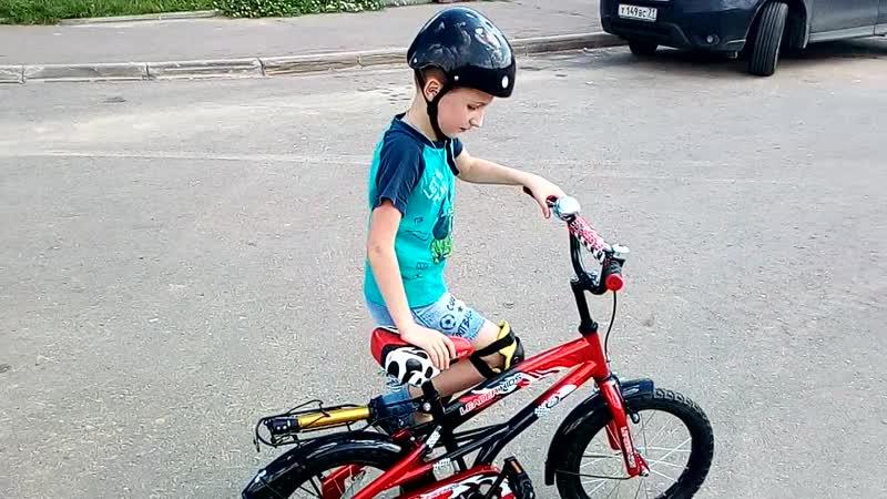Вовочка 6 лет учится кататься на вело