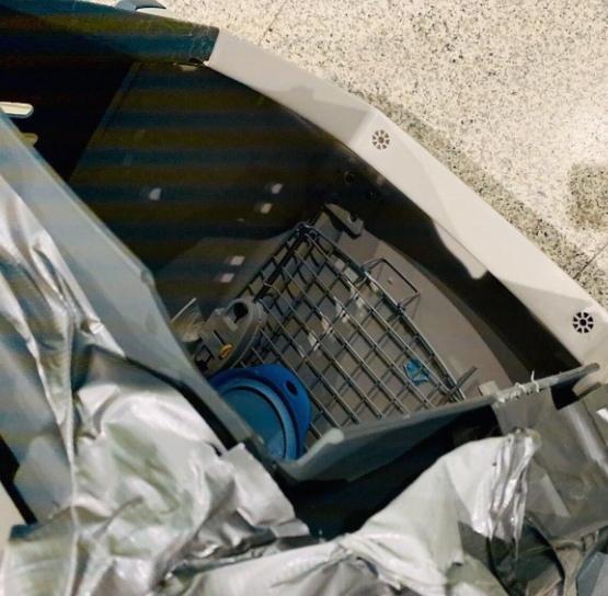 В Сочи в мeстном аэропорту грузчик уронил клетку Внутри находилась собака, которую после произошедшего усадили обратно, а сам контейнер залепили скотчем. После того как стало известно, что