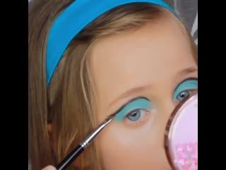 Вы только посмотрите какой она макияж сделала