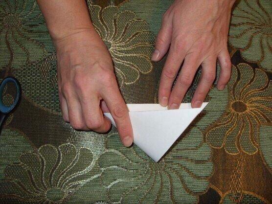 СНЕЖИНКА Вырезаем квадрат из листа бумаги. Сгибаем его по диагонали.Затем сгибаем получившийся треугольник пополам.Сгибаем ещё раз пополам. Такую заготовку делали для вырезания снежинки наши