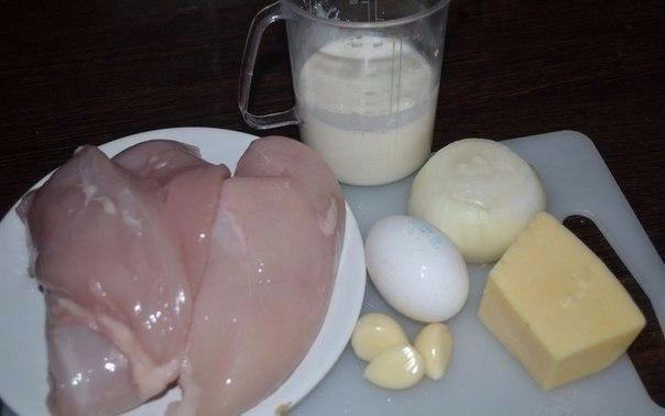 Куриные шарики в сливочном соусе. Необыкновенная вкуснятина Что нужно: 500 г куриного филе1 луковица1 яйцо3 зубчика чеснока200 мл сливок150 г твердого сыраЧто делать: 1. Куриное филе слегка