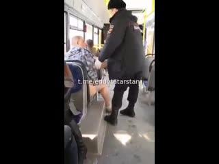 Беспредел режима - полиция забирает человека, потому что у него нет маски