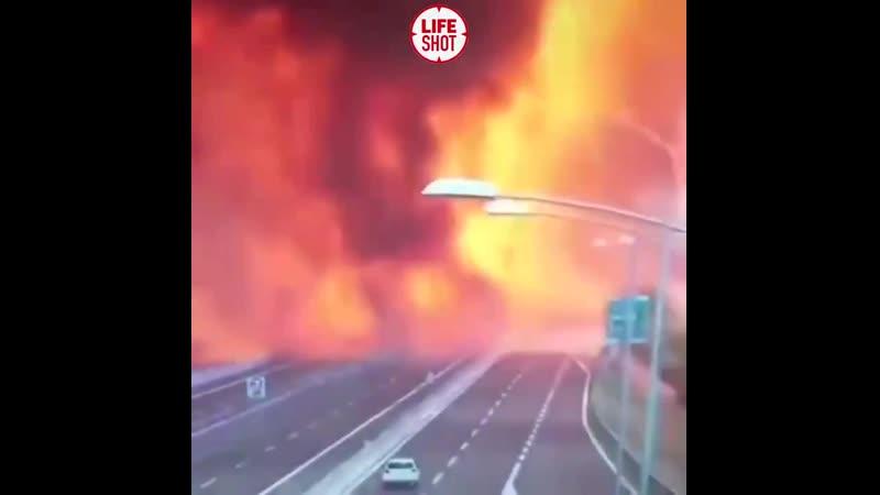 В Китае на трассе взорвался бензовоз Взрывная волна была такой силы что некоторые машины отлетели буквально на сотни метров