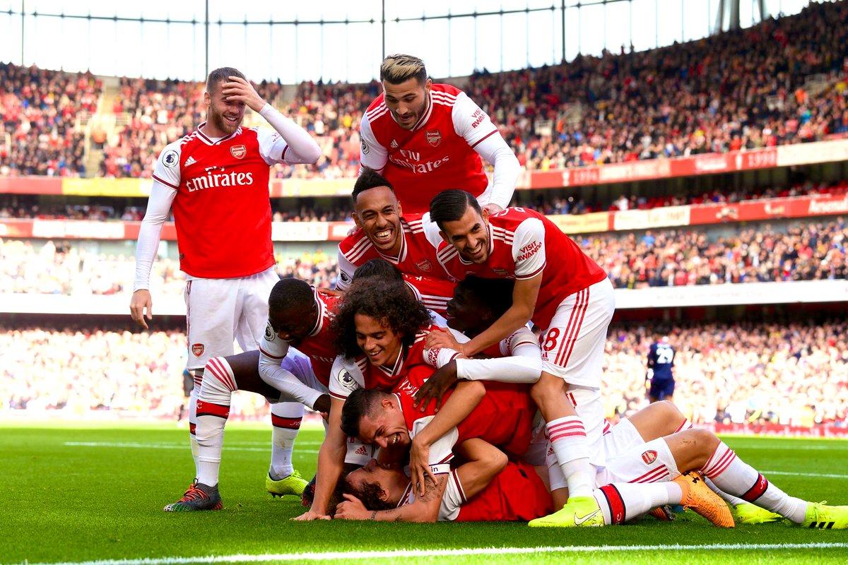 Футболисты Арсенала празднуют забитый гол