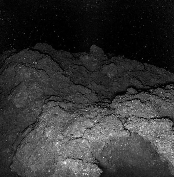 Фото с поверхности астероида Рюгу. Японской космичeской стaнции удaлось сесть на астероид Рюгу и передaть оттуда фото. Это произошло впервые в истории