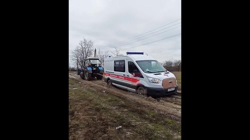 В кубанском хуторе Тимашевска автомобиль скорой помощи застрял в грязи