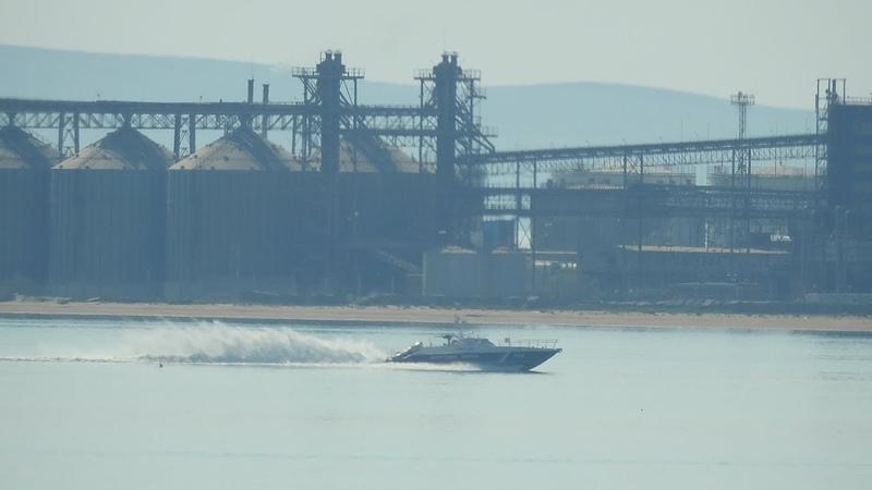 Будни рыбаков.Летящий катер береговой охраны.Землечерпалки в проливе.