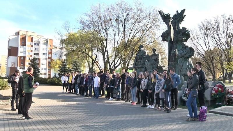 Пинские школьники и студенты навели порядок у мемориального комплекса «Партизанам Полесья»