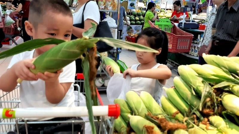 Gia Linh và em Cò tập làm công việc nội trợ mua nông sản về chế biến bữa ăn
