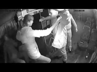 В Бийске две девушки попытались дать отпор пьяным дебоширам в автобусе №36 (Инци