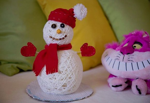 СНЕГОВИК СВОИМИ РУКАМИ Знакомьтесь, снеговик из пряжи. Чтобы смастерить такого же красавца, вам необходимо будет сделать два шара из пряжи.Изготовление шаров из пряжи:1. Вам понадобятся: