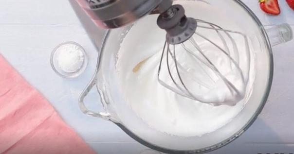 Мы объединили десерт Павлова и швейцарский рулет, чтобы покорить вас Нежный, тающий, в меру сладкий, с лёгкой клубничной кислинкой, этот десерт покоряет с первого кусочка. Рулет-безе с клубникой