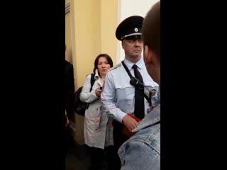 """Появилось видео, на котором сотрудник Питерской полиции оскорбился фразой: """"бессовестный""""."""