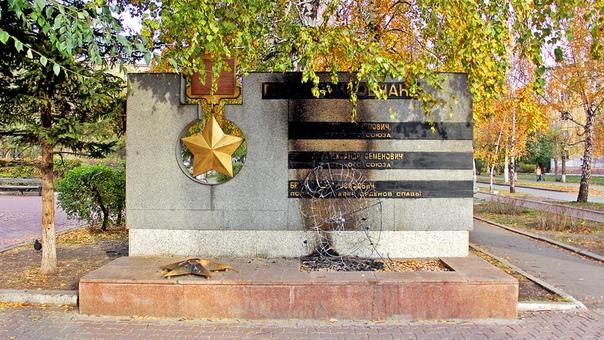 В Красноярске подожгли памятник героям Великой Отечественной войны Вандалы подожгли венок у памятника героям Великой Отечественной войны в Красноярске. Возгорание повредило монумент. Об этом