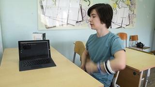 Школьник из Екатеринбурга создал устройство, позволяющее общаться на языке жестов без сурдопереводчика NR