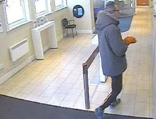 Банановый блеф и ограбление банка В Великобритании на 14 месяцев осужден мужчина, который пытался ограбить банк в городе Борнмут при помощи банана. Точнее, он вошел в банк держа в руке банан,