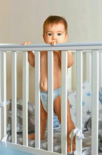 Дело чести для Артёма каждое утро - разбудить родителей. Он встаёт в своей кроватке, расположенной неподалёку от нашей, родительской, и начинается. Сначала - артподготовка. Мама, папа, мама,