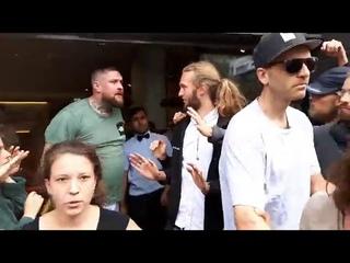 Веганы пытаются помешать голодному мужчине войти в Макдоналдс NR