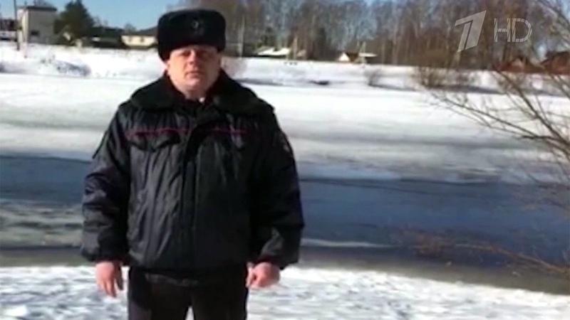 В Архангельской области полицейские спасли ребенка, провалившегося под...
