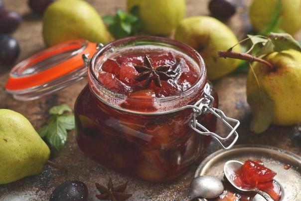 Простое варенье из груш и слив с яблоками и пряностями получается ароматным, вкусным и густым  с батона не стекает