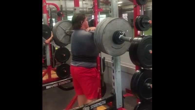 16 ти летний паренек с невероятным фронтальным приседом 272 кг