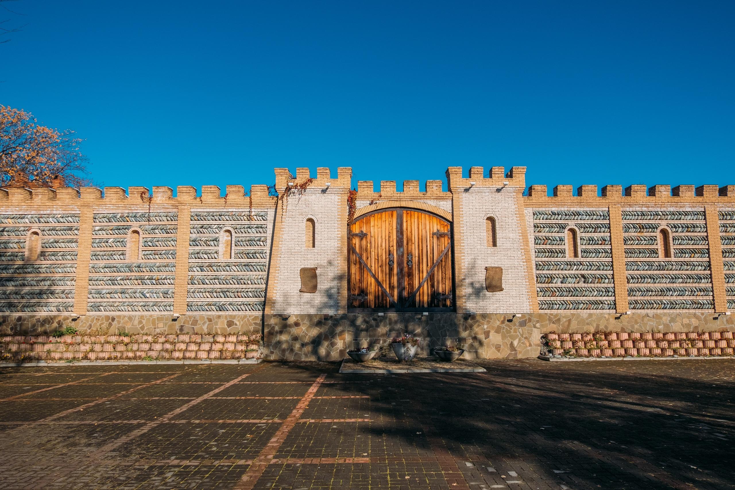 """Фотозагадка. Что именно находится за этой """"крепостной"""" стеной?"""
