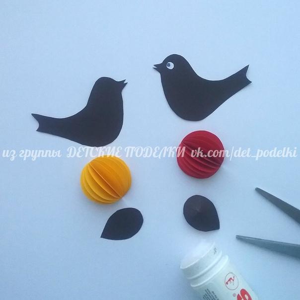 Объемная зимняя аппликация Снеговик с птичками (бумага, ватные диски, веточки)
