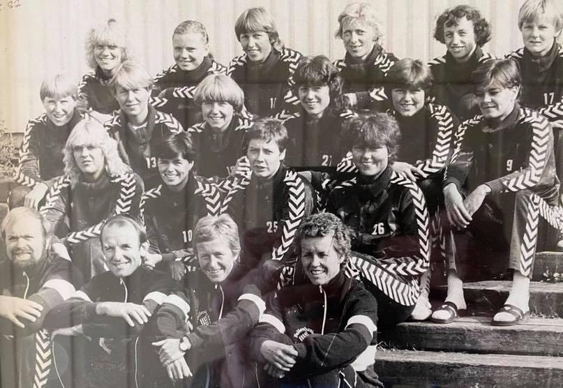 Сборная Норвегии 1982 года. Третья справа в верхнем ряду — Марит Брейвик. Вторая справа в нижнем ряду — Карен Фладсет