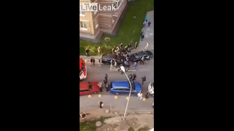 в Питербурге толпа сдвинула машину что бы пожарка могла проехать