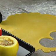 id_50255 Печеные яблоки с начинкой 😍🍎  Ингредиенты:  Крупные яблоки — 2 шт. Орехи пекан — 30 г Сливочное масло — 15 г Коричневый сахар — 25 г Панировочные сухари — 1 ст. л.  Для теста:  Сахар — 50 г Сливочное масло (холодное) — 100 г Мука — 150 г Яйца — 2 шт. Соль — 1 щепотка  Автор: Вкусное Дело  #gif@bon