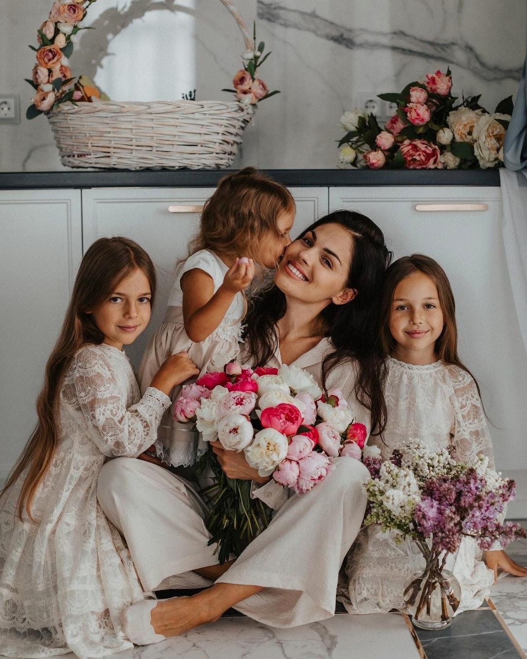 Карина Палетских- мама троих дочек и очень красивая девушка с офигеной фигурой!
