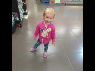 """""""Эй, кто-то там есть или там никого нет""""Арина решила в супермаркете разыграть одну из сцен мультфильма """"Котёнок и волшебный г"""