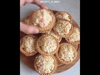 Тарталетки с салатом из крабовых палочек