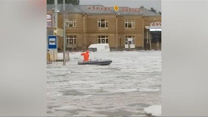 Գյումրիում փրկարարները նավակով են օգնության հասնում քաղաքացիներին