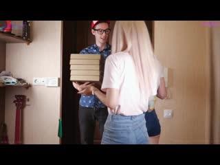 Две русские красивые сучки отдались доставщику пиццы минет куни анал влажная кис