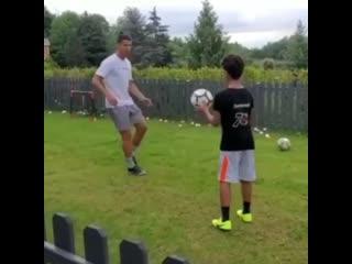 Роналду тренируется с сыном
