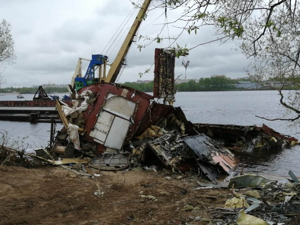 Завершаются работы по демонтажу дебаркадера, затонувшего в акватории Волги