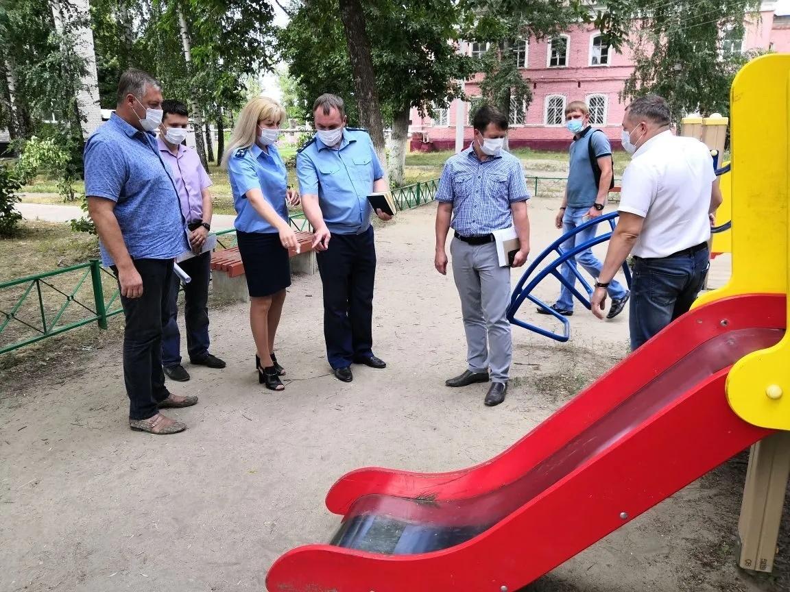 В Петровске проверили состояние детских игровых городков