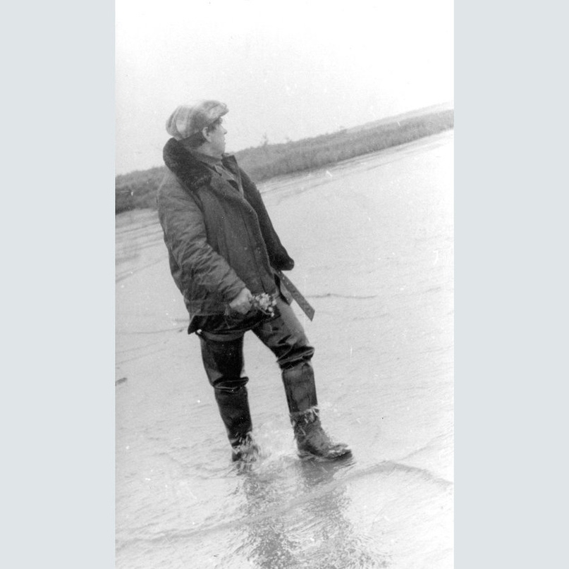 Фёдор Абрамов на берегу Печоры. 1981 год