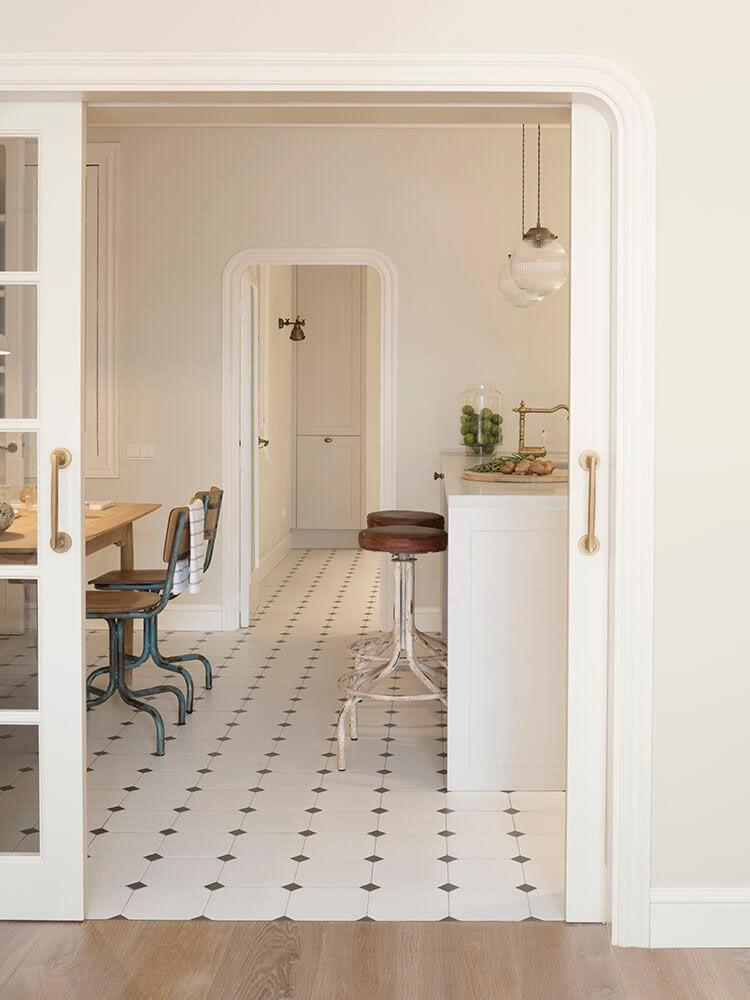 Элегантная квартира в нежных тонах в старом доме на Майорке    01