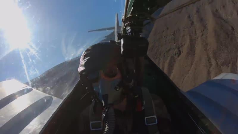 Над пустыней в Калифорнии американец покатал француза на советском МиГ 15ути с надписью Досааф