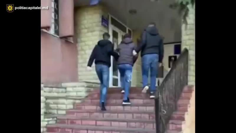 Влюбленная пара задержана за совершение ограбления Молодой человек и его девушка были задержаны за ограбления в столице